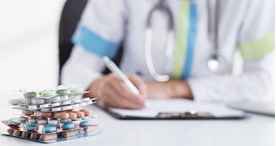 Doctor-prescribing-cholesterol-drugs
